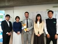 En el centro, el director de la Oficina de Relaciones Internacionales con representantes de universidades japonesas