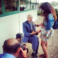 Una periodista entrevista al bioquímico Santiago Grisolía para el espacio radiofónico de divulgación científica Kítaro durante el XVI Seminario Internacional de Ciencia, Periodismo y Medio Ambiente.