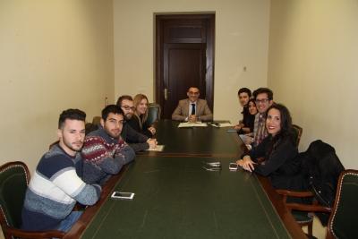 En el centro, el vicerrector de Estudiantes con los nuevos becarios de Excelencia Académica