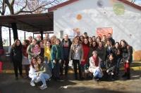 Foto de familia de autoridades , personal del Área de Cooperación y Solidaridad, y alumnos del centro