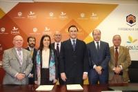 Mª Jesús Almazor y José Carlos Gómez Villamando, junto a representantes de la Universidad y Telefónica, tras la firma del contrato