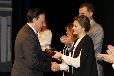 José Carlos Gómez Villamandos recibe el premio  de manos de los Reyes
