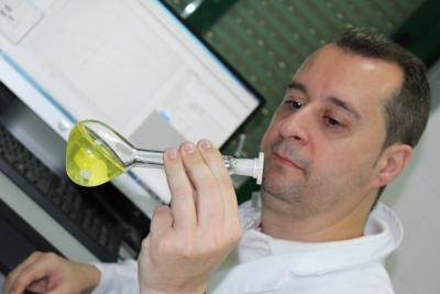 El profesor Rafael Madueño, del Departamento de Química Física y Termodinámica Aplicada, en su laboratorio