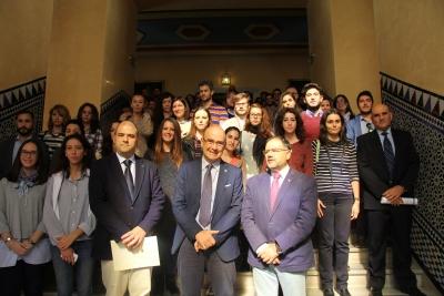 Foto de familia de autoridades, empresas y estudiantes participantes en la convocatoria de becas de este año.