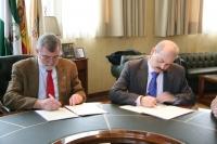 Jose Manuel Roldán (izq) y Gonzalo Rodríguez firman el convenio