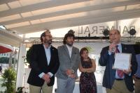 Manuel Novales recibe el premio