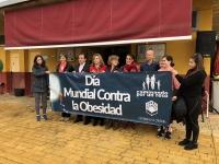 Autoridades y participantes posan con la pancarta que ha precedido la marcha contra la obesidad