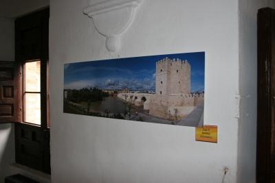 La Calahorra y el puente romano en una de las fotos expuestas