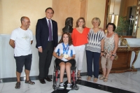 La nadadora, con el rector, autoridades universitarias y sus padres.
