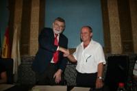 El rector, José Manuel Roldán y el secretario general  de FETE Córdoba, Manuel Gil, estrechan sus manos tras la firma del acuerdo.