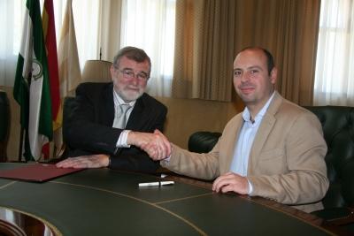 El rector, José Manuel Roldán, y el presidente de la Asociación Provincial de Personas Sordas de Córdoba, Carlos Granados, tras la firma del convenio