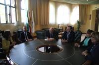 En el centro, el profesor  Von Hesberg firma en el libro de honor de la Universidad de Córdoba