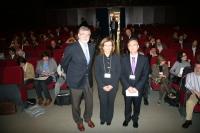 De izq. a dcha., el rector, José Manuel Roldán, Isidoro García y Ana María Troncosa