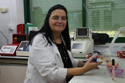 La investigadora Amparo Martínez durante su trabajo de laboratorio