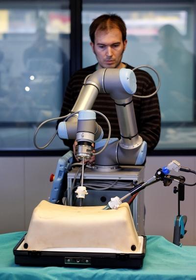 Ingenieros y cirujanos andaluces desarrollan el primer robot quirúrgico español con visión 3D