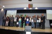Foto de familia de autoridades y representantes de estudiantes tras la firma del documento de constitución del CEIAF