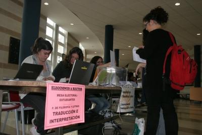 Alumnos votan en el Aulario de Rabanales
