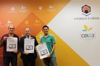 De izquierda a derecha, Manuel Vaquero, Director General de Prevención y Protección Ambiental, Antonio Cubero, Vicerrector de Infraestructuras y Sostenibilidad, y Antonio Gomera, Coordinador del Servicio de Protección Ambiental (SEPA), con el cartel promocional del concurso de videos de movilidad
