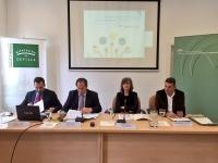 Presentación del informe, con la presencia de los profesores de la Universidad de Córdoba Miguel Agudo (segundo por la izquierda) y Antonio Manuel Rodríguez, (a la derecha).