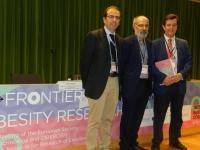 De izquierda a derecha, Manuel Tena-Sempere, el director científico del CIBEROBN, Carlos Diéguez, y el director científico del IMIBIC, Justo P. Castaño
