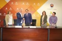 En el centro, el alcalde de La Carlota y el rector, tras la firma del convenio. Junto a ellos representantes del Ayuntamiento y de la UCO.