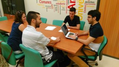 De izquierda a derecha, la secretaria y coordinador del CJC,  Silvia Lopera y Ricardo León, conversan con Ángel Valverde y Julio Camacho, tesorero y presidente del CEU, respectivamente.