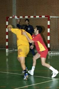 Un jugador de la UCO ensaya el tiro contra la puerta de la UPO