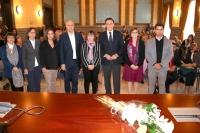 En el centro, el rector de la Universidad de Córdoba y la profesora Mercedes Osuna (viuda de Luis Rodríguez), junto con las autoridades asistentes al acto de homenaje.