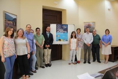 El vicerrector de Innovación y Transferencia, Enrique Quesada (el sexto por la izquierda), junto a los demás integrantes de la Comisión, junto al cartel anunciador del premio