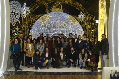 Foto de familia de estudiantes durante la visita