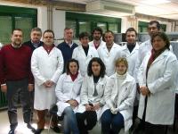 En la foto, Gregorio Ortiz (tercero por la izquierda) acompañado de investigadores del grupo FQM 228 en el laboratorio, área de  Química Inorgánica de la Facultad de Ciencias.