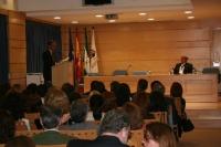 Imagen de archivo de la inauguración en el Campus de Rabanales del primer curso de la Cátedra Elio Berhanyer. En la imagen, Antonio Gala y el diseñador Berhanyer.