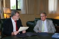 Jose Manuel Roldán (izq) y Santiago Perry intercambian impresiones tras la firma del convenio