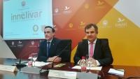 De izquierda a derecha, José Carlos Gómez Villamandos y Juan María Vázquez en la firma del convenio de Innolivar