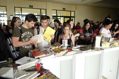 Entrega de libros y claveles en la Biblioteca Maimónides de Rabanales. .