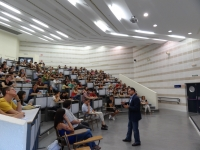 El decano Librado Carrasco durante su coloquio con los nuevos alumnos