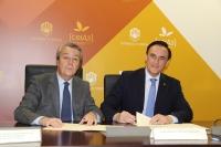De izquierda a derecha, Práxedes Cruz Padilla y José Carlos Gómez Villamandos, durante la firma del convenio.