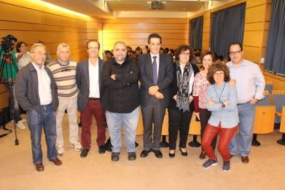 Fotografía de familia con los organizadores del ciclo de conferencias sobre el Año Internacional de los Suelos, junto con Antonio Jordán, con camisa negra, en el centro