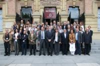 Asistentes y autoridades académicas a las puertas del Rectorado