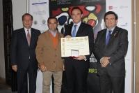 El rector, José Carlos Gómez Villamandos, en el momento de recibir la medalla