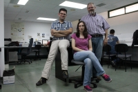 Los investigadores José Raúl Romero (izquierda), Aurora Ramírez y Sebastián Ventura, en la sala de trabajo del grupo KDIS, de la Universidad de Córdoba.