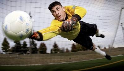 Un portero de fútbol trata de parar un penalti