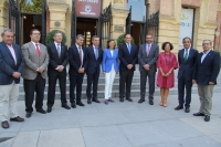 Foto de familia de los firmantes del acuerdo a las puertas del Rectorado