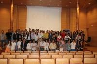 Foto de familia de autoridades, organizadores, miembros del Aula de Debate y participantes en las jornadas.