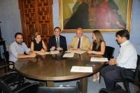 En el centro, el rector de la UCO y el presidente de la Diputación durante la firma del convenio.