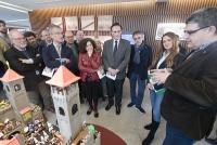 Enrique Soria, a la derecha, explica los contenidos de la exposición