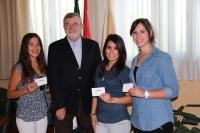 El rector, en el momento de entregar el premio a las tres ganadoras del certamen