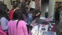 Un momento de la recogida de firmas en la Facultad de Ciencias de la Educación.