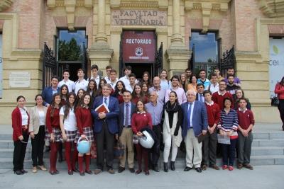 Foto de familia de ponentes y estudiantes asistentes al foro