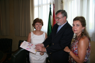 De izquierda a derecha, Julia Angulo, José Manuel Roldán y Charo Mérida, revisando el Protocolo.